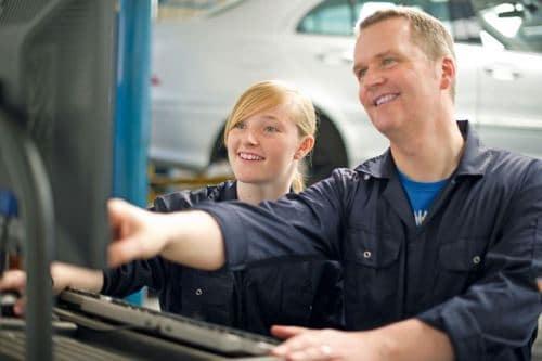Auszubildende und Ausbilder in der Automobilindustrie