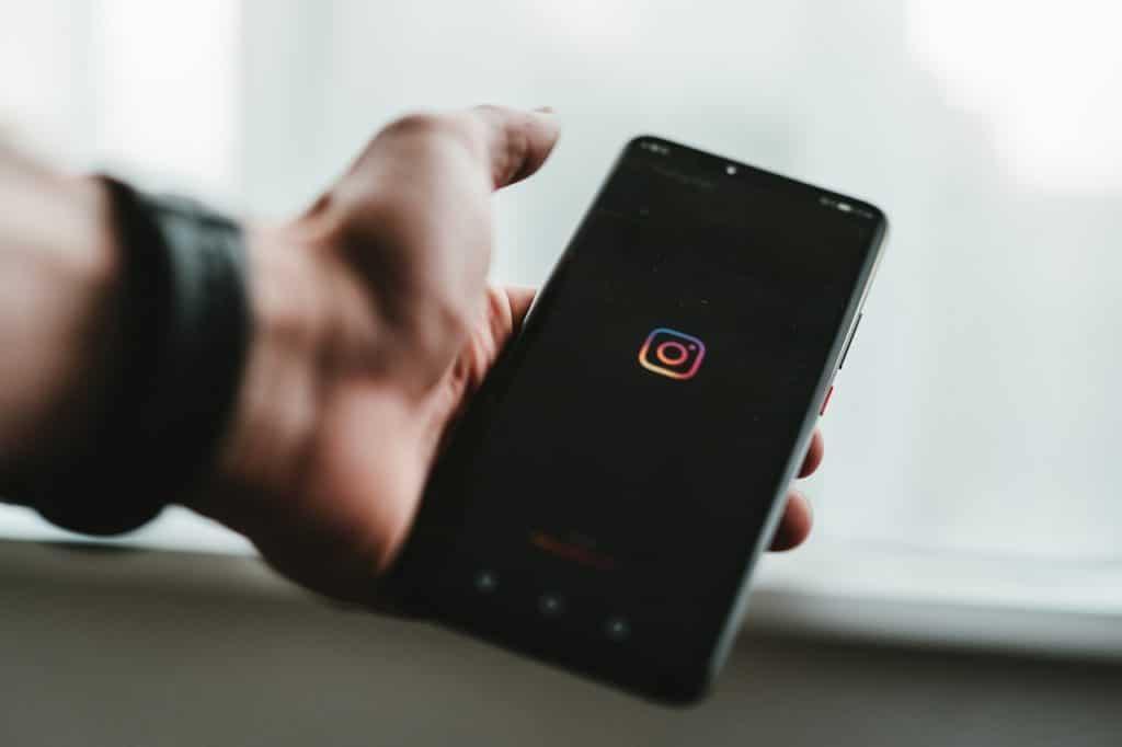Beitragsbild Azubiseite. Hand, Handy, Instagram-Symbol