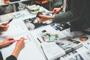 Menschen führen miteinander einen Design Thinking Prozess durch.