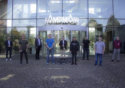 Weiterbildungen in der Elektrotechnik beim BNW - Firmenbeispiel Gruppenfoto vor Firmengebäude
